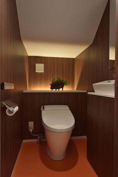階段下を利用したトイレディテール写真 もっと見る Japanese Modern, Japanese House, Bathroom Renos, Washroom, Study Cafe, Japanese Restaurant Interior, Home Interior Design, Interior Decorating, Toilet Tiles