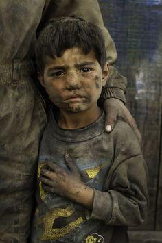 Stolen Childhood es la serie fotográfica de Steve McCurry, estas imágenes fueron captadas durante sus viajes asignados a Oriente y hace parte de las historias que narra del mundo a través de la imagen documental.