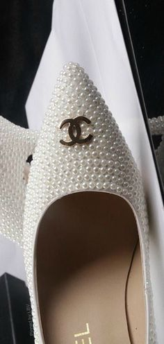 White pearl/gold Chanel pointed toe heels ♡