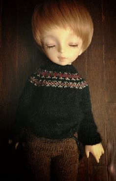 Fair isle sweater and it's tiny : one sleeve = little finger