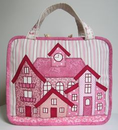 Lappeklipp: A pink city Source by gunselihgunes Mug Rugs, Couture, Diaper Bag, Pink, Textiles, Quilts, Sewing, Baskets, Buildings