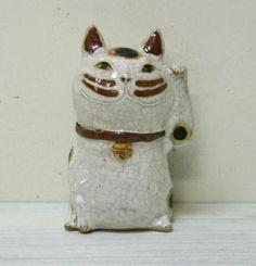 招き猫アンティークホワイト(小)左手招き - 手作り陶器のお店*工房歩知歩智(ぼちぼち)