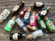 Four Harry Potter inspired potion bottle charms with labels - Acromantula venom - Dragon blood - Amortentia (love potion) - Unicorn blood These are perfect for all those Potterheads out there. Harry Potter Diy, Harry Potter Alter, Natal Do Harry Potter, Magie Harry Potter, Bijoux Harry Potter, Harry Potter Schmuck, Harry Potter Fiesta, Harry Potter Thema, Cumpleaños Harry Potter