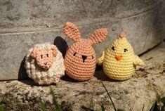 Doudou, maman, papa et moi: Animaux-oeufs de Pâques 🐰🐥🐑 [Tuto crochet] Crochet, Straw Bag, Baby Shoes, Impatience, Projects, Pattern, Kids, Pom Poms, Cute Little Animals