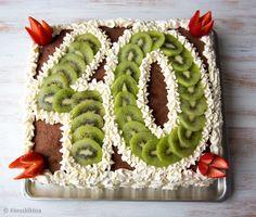 Tämän syntymäpäiväkakun koristelun muunnat helposti päivänsankarin iän mukaan. Kiivien sijaan numerot voi muotoilla esimerkiksi persikan- tai mansikansiivuista tai vaikka viinirypäleistä. Isojen juhlien kakku syntyy pellin kokoisista levykakkupohjista. Pienempiin pirskeisiin kakun voi koota kahdesta levystä, joista saa leikkaamalla kolme pohjakerrosta. Syntymäpäiväkakku 35-40 hengelle Pohja: 3 tummaa levykakkupohjaa Kostutus: 6 dl sitruunan makuista