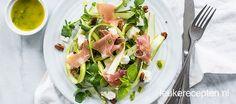 Een frisse salade van geschaafde groene asperges met een muntdressing