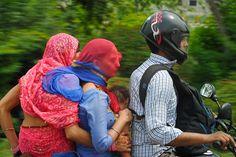 """""""Vida Familiar"""". En mis estudios recientes de la sociedad india, es claro que la unidad familiar tradicional de la India es sagrada y los roles de la familia están bien definidos. La abuela, que ha pasado a segundo plano, no puede dejar de mirar adelante mientras sostiene a su hija y nieto. La hija ahora ha tomado el papel de la madre. Ella protege a su bebé y debe poner ciegamente su familia en manos de su marido."""