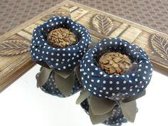 ENCABULADA : POÁ Azul Marinho - RE010  Forminhas de Doces em flores de tecido. As cores são aproximadas.  Pedido Mínimo por cor/modelo - 20 unidades    IMPORTANTE - Você deve considerar o tempo de produção + frete  (Para prazo menor, contate a vendedora ANTES de efetuar a compra)    >> TODOS MODE...