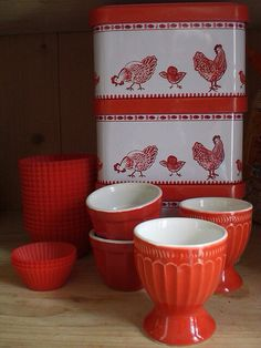 Red egg cups and tins. Love the Chickens Red And White Kitchen, Red Kitchen, Kitchen Stuff, Country Kitchen, Bakery Kitchen, Kitchen Retro, Red Cottage, Cottage Style, Cottage Living