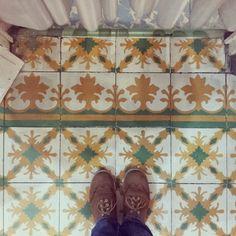 Conociendo a la abuelita. #tiles #tileaddiction #baldosahidrahulica #ilovethisfloor #geometry #pattern #patternfloor #baldosas #vintagefloor #chaoqueeupiso #teselacion #geometria by conceptaciro