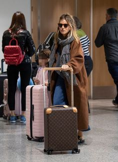travel style 25 Airport Fashion Outfits to Travel in Style - Christobel Travel - celebrity style - Sienna Miller - Louis Vuitton Celebrity Airport Style, Celebrity Style Casual, Mode Outfits, Fashion Outfits, Womens Fashion, Fashion Trends, Fashion Styles, Style Sienna Miller, Sienna Miller Hair