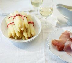 So gelingt der Spargel richtig gut! Dazu gibt's die Klassiker - feinen Schinken, Kartoffeln und Sauce Hollandaise.