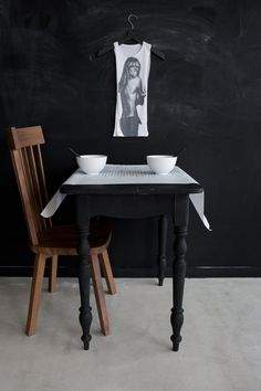 fantastic styling by AnoukB, shot by Marjon Hoogervorst, love the typically country table leg in matte black and the subtle curve of the table apron.