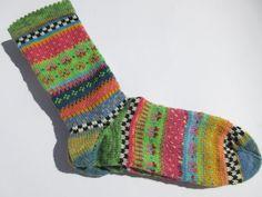 **Zeigt her eure Füße... Fais Isle Socken** **Bunte Socken in Farben einer blühenden Blumenwiese** Frühlingsfarben und nordische Muster - diese Socken sind ein absoluter Hingucker für die dunkle...