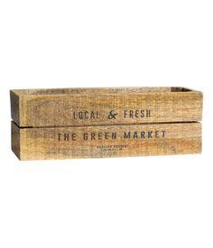Rektangulær, antikbehandlet kasse i træ med trykt tekst på forsiden. Det antikke look betyder, at udseendet kan variere noget fra kasse til kasse. Fødder underneden. Størrelse 10x10x29 cm.