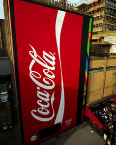 Coca-Cola distribui refrigerantes de graça numa vending machine gigante em Londres http://www.bluebus.com.br/coca-cola-distribui-refrigerantes-de-graca-numa-vending-machine-gigante-em-londres/