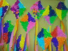 Καλησπέρα σε όλους και σε όλες... Βρήκα επιτέλους την ευκαιρία να σας δείξω τους δικούς μας χαρταετούς...Δεν τους είχαμε στο πρόγραμμ... Kite Decoration, Kites Craft, Carnival Crafts, Bee Crafts, Spring Crafts, Girl Pictures, Alphabet, Lettering, Blog