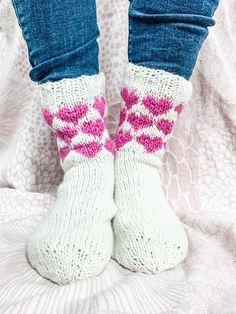 Sydän-villasukat - ota tästä sydän-kirjoneulekaavio talteen! - Sormustin Marimekko, Knit Crochet, Socks, Knitting, Diy, Fashion, Moda, Tricot, Bricolage