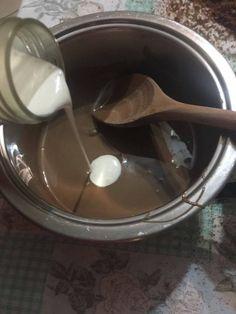 Ganache al cioccolato Ingredienti: (per la ganache densa da montare per decorare cupcakes)  200g di cioccolato a latte  100g di panna  Procedimento:  Fondete a bagnomaria il cioccolato (Attenzione! Il fondo della pentola non deve toccare l'acqua nella pentola di sotto altrimenti il cioccolato non si scioglierà bene).