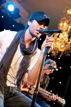 Enrique always gives his best  on his performances! <3 I love the emotion here!!!!