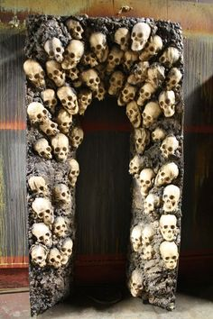 Halloween is approaching! SKULL ARCH WAY Halloween Decoration--make this yourself using dollar store skulls and styrofoam. Halloween Prop, Halloween Hacks, Casa Halloween, Hallowen Ideas, Scary Halloween Decorations, Halloween Haunted Houses, Outdoor Halloween, Holidays Halloween, Halloween Treats