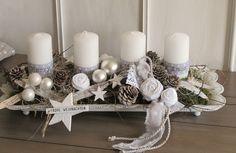 Adventskranz im shabby-Style   ★Ganz in weiß ★   Die längliche weiße Metallschale mit gebogtem Rand und kleinen Füßchen wurde mit weißen Kerzen, welche mit Sternchenband und Schrift XMAS...