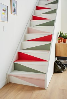 Click the picture for more. We have prepared the most beautiful designs for our valuable visitors. The latest models and designs are waiting for you. 30 ideas para decorar escaleras: Paredes, descansillos, barandillas y escalones decor decor , Staircase Wall Decor, Stairway Decorating, Staircase Makeover, Interior Decorating, Interior Design, Stair Art, Painted Staircases, Painted Stairs, Home Stairs Design