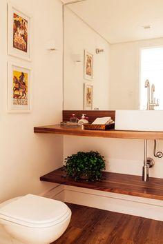 Este lavabo de 2,20 m² decorado pela arquiteta Vivi Cirello tem cores neutras, estilo contemporâneo e clima acolhedor. Piso em borracha, cuba de apoio e quadros do acervo do cliente completam o visual sofisticado do espaço.