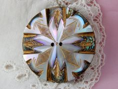 Coupe et bouton Shell ormeau sculpté avec des par Lindasbuttons