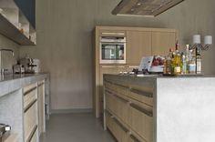 The Living Kitchen B.V. by Paul van de Kooi. Eiken houten fronten met ter plaatse gegoten betonnen bladen
