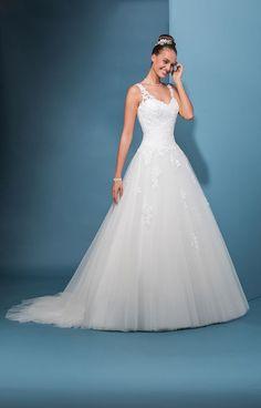 Robe de mariée avec jupe de tulle. Votre taille est mise en valeur avec ce  joli drapé croisé en organza. Les bretelles en dentelle vous apportent  confort et ... 795660a63b4