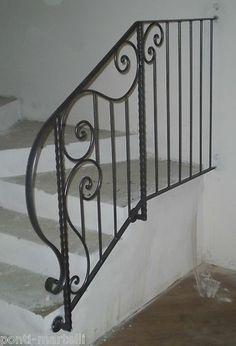 RINGHIERA FERRO BATTUTO . Realizzazioni Personalizzate . 017 Metal Stair Railing, Balcony Railing Design, Stair Handrail, Railings, Cable Railing, Interior Staircase, Staircase Remodel, Staircase Design, Balcony Grill