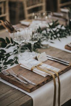 A fabulous winter wedding - Winter İdeas Rustic Wedding, Wedding Reception, Wedding Venues, Barn Weddings, Vintage Weddings, Chic Wedding, Elegant Wedding, Wedding Place Settings, Table Setting Wedding