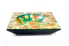 THE VIBRANT COLORS OF NATURE Enhance your décor with a natural touch thanks to this wonderful wooden bowl in green with real petals and flowers