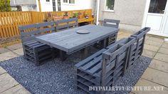 Cet ensemble de table et chaises est parfait pour un repas dans un jardin. Entièrement construit avec des palettes, vous pouvez apprécier la structure des palettes dans les chaises, également le mo…
