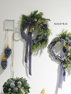 Green Christmas, Christmas Wreaths, Christmas Crafts, Xmas, Christmas Door Decorations, Craft Show Ideas, Holiday Time, Plant Hanger, Dried Flowers