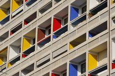 #Marsiglia  La Cité Radieuse Complesso di appartamenti moderno e all'avanguardia, concepito nel 1946 e completato nel 1952. Ogni appartamento è unico a sé. Indirizzo: Unité d'habitation Le Corbusier (Cité Radieuse), Boulevard Michelet Metropolitana: Métro Rond Point du Prado