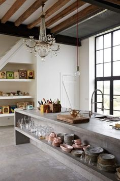Arbeitsplatte aus Beton mit offenen gemauerten Regalen für Geschirr