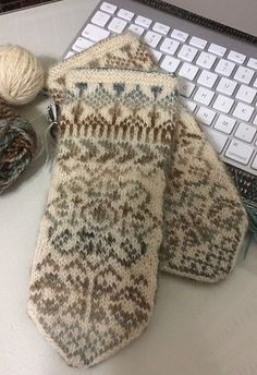 Ravelry: Björkliden pattern by Solveig Larsson Knitted Mittens Pattern, Knit Mittens, Knitted Gloves, Knitting Socks, Hand Knitting, Knitting Patterns, Crochet Patterns, Knit Basket, Wrist Warmers