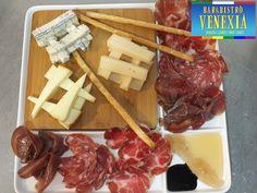 Un tagliere di affettati e formaggi misti, tutti italiani, tutti DOP.