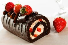 This chocolate swiss roll recipe can made with or without the strawberries and chocolate curls. Chocolate Swiss Roll Recipe from Grandmothers Kitchen. Chocolate Swiss Roll Recipe, Chocolate Roll, Chocolate Curls, Chocolate Cake, Sweet Recipes, Cake Recipes, Dessert Recipes, Food Cakes, Cupcake Cakes