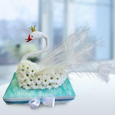 Лебедь из живых цветов  от Цветочной Студии АГАВА)