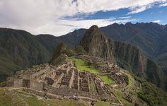 Pérou - Le Pérou est un pays à découvrir pour la beauté de ses paysages, son histoire tumultueuse, sa richesse culturelle et la diversité de son environnement. Les voyageurs à sac à dos se réjouiront des possibilités de randonnées engendrées par les sommets de la Cordillera Blanca, les steppes arides de l'Altiplano peuplées de lamas et la forêt amazonienne. Quelques auberges de jeunesse très abordables peuplent également ce pays mythique.