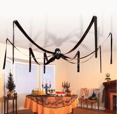 Die Dekoration meiner Tische: Riesenspinne zum Dekorieren von Halloween – The decoration of my tables: giant spider for decorating Halloween – … Casa Halloween, Halloween Garland, Scary Halloween Costumes, Halloween Games, Halloween Table, Halloween Party Decor, Halloween 2019, Holidays Halloween, Halloween Crafts