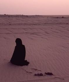 Photography Quotes :Pendant Ramadan je me ressource : la prière - Quotes Daily Ramadan, Girl Photography Poses, Moon Photography, Female Photography, Alhamdulillah, Hadith, Muslim Images, Muslim Pray, Islam Women