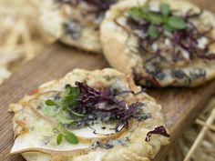 Mini-Pizza mit Radicchio, Birne und Gorgonzola | Zeit: 40 Min. | http://eatsmarter.de/rezepte/mini-pizza-mit-radicchio-birne-und-gorgonzola