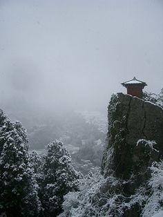 El templo de Ryushaku en donde Basho escribió este haiku, Serenidad / Chirríos…