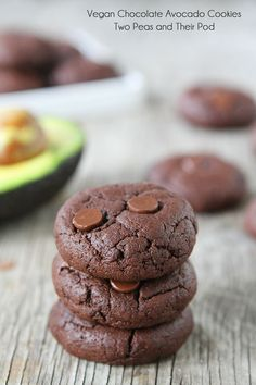 Vegan Cookies - rich and fudgy chocolate vegan cookies made with avocado and coconut oil instead of butter. These healthy vegan cookies are a chocolate lover's dream! Who knew avocado cookies could be so good? Healthy Vegan Cookies, Vegan Chocolate Cookies, Vegan Treats, Vegan Desserts, Delicious Desserts, Dessert Recipes, Chocolate Chips, Chocolate Avacado, Protein Cookies