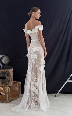Really stunning wedding dress Dream Wedding Dresses, Bridal Dresses, Wedding Gowns, Gold Wedding, Wedding Hair, Wedding Venues, Dresses Elegant, Pretty Dresses, Bridal Headpieces