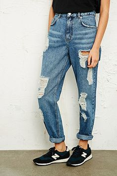 BDG Mom Jeans in Destroyed-Optik in Blau- tried these on and they fit me like a glove ❤️❤️❤️